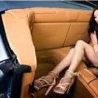 Kiều nữ chân dài quý phái cùng Ferrari