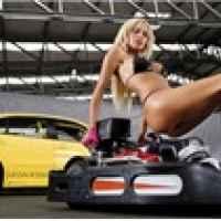 """Nữ tay đua """"nóng bỏng mắt"""" trong garage"""